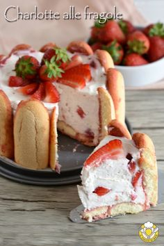 Strawberry Charlotte with mascarpone and yogurt, candy simple with out cooking excellent as a dessert on the finish of a meal or as a creamy and spectacular birthday cake! No bake strawberry cake Strawberry Cakes, Strawberry Recipes, Baking Recipes, Cake Recipes, Dessert Recipes, Beignets, No Bake Desserts, Delicious Desserts, Charlotte Cake