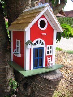 """Nistkasten """"Villa Kunterbunt"""" aus Massivholz Verschönern Sie Ihren Garten mit diesem handbemalten Vogel-Nisthaus. Es ist speziell für kleinere Vögel geeignet (Flugloch ca. 3 cm). Produktionformationen: Maße: 18,5 x..."""