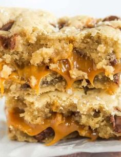 Salted Caramel Chocolate Chip Cookie Bars – A layer of salted caramel sauce is sandwiched between layers of a favorite chocolate chip cookie dough recipe, then topped with a sprinkle of fleur de sel. Cookie Caramel, Caramel Chocolate Chip Cookies, Salted Caramel Sauce, Salted Caramel Chocolate, Chocolate Caramels, Salted Caramel Desserts, Caramel Treats, Baking Chocolate, Caramel Recipes