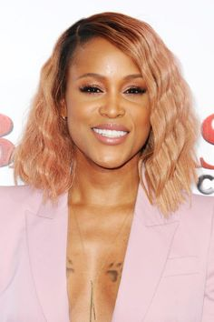Rose gold, a major color trend, is not your typical shade of strawberry blonde. Still, it falls under the same umbrella. Eve wore her look with contrasting dark roots. Taste the strawberry blonde rainbow! Gold Hair Colors, Red Hair Color, Rose Gold Hair, Pink Hair, Blake Lively, Jennifer L Armentrout, Hair Caramel, Locks, Blonde Hair Black Girls