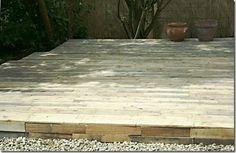 O efeito final do deck externo feito usando pallets de madeira