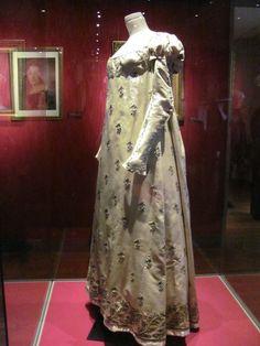 Habit de cour ayant appartenu à Julie Clary (1804 - satin, soie et or - manufacture française)