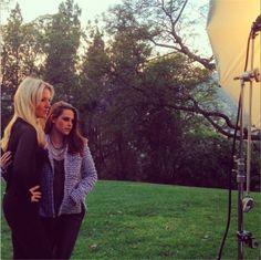 """Kristen Stewart posou ao lado de sua stylist, Tara Swennen, para a edição especial """"melhores stylists"""" da The Hollywood Reporter."""