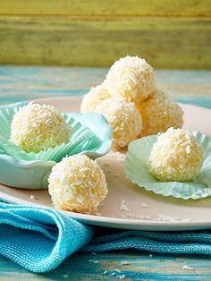 Das Lieblingskonfekt mit Kokos und Mandelkern einfach mal selber machen: Mit diesem Rezept kannst du leckeres Raffaello zuhause zubereiten. Die aromatischen Kugeln eignen sich übrigens toll zum Verschenken!