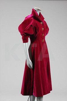 Elsa Schiaparelli deep fuchsia velvet evening coat, late front sleeves pushed up 1930s Fashion, Retro Fashion, Vintage Fashion, Elsa Schiaparelli, Vestidos Vintage, Moda Vintage, Vintage Mode, Vintage Outfits, Vintage Dresses