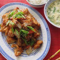 "Today's Lunch- Re-creation of P.F. Chang's Hot Fish and Egg drop soup. 오늘점심은 미국에 있는 ""피-에프- 챙"" 이란은 퓨션스타일 중화요리집 메뉴중에서, 저의 버전으로 많든 핫피쉬 입니다. 바삭한 생선튀김과 매콤한 소스가 술안주로도 최고, 닭고기도 이용하면 좋을뜻. *Hot Fish 요리법-단단한 흰생선을 한입크기로잘라 튀김가루와 후추만 뿌려 잘 섞어 기름에 2번 튀김니다. *소스- 간장, 굴소스, 물, 생강, 설탕조금, 후추, 매운고추 와 녹말가루 준비. *뜨거운 팬에 양파, 파프리카, 고추, 마늘다진것, 당근을 잠시 볶다가 불끄고 소스투하~ 잘 저어 소스가 걸쭉해 지면 불다시키고 생선튀긴것을 섞어 뒤적임. 그릇에 예쁘게담고 깨와 파를 위에다 솔솔.  매운음식을 먹을때면 따끈한 국물이 생각나죠 *애그 드랍스프- 물에 소고기 다시다, 소금, 부추을 넣고 끓이다 불을끄고 계란을 푼것을 넣고 한두번 휘휘저어줌. ~끝"