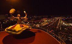 Dançarino se apresenta em café na baía Naama, no Egito
