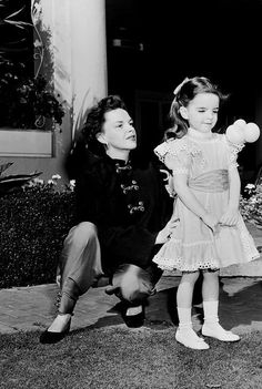 Judy Garland with daughter Liza Minelli Golden Age Of Hollywood, Vintage Hollywood, Hollywood Stars, Old Movie Stars, Classic Movie Stars, Classic Films, Judy Garland Liza Minnelli, Divas, Tv Star