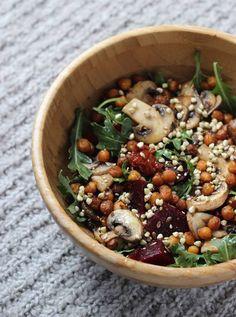Assiette gourmande avec des champignons : champignons, pois chiches, betterave, sarrasin, salade, tomates séchées, noisettes