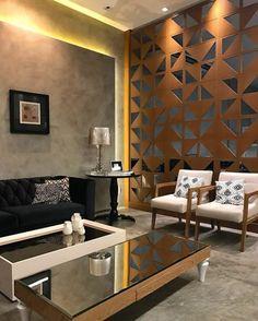 separateur de piece en couleur bronze, avec des motifs géométriques, style de salon très raffiné, sol en marbre gris, tables rectangulaires basses en blanc et marron