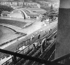 Operários reparam as arquibancadas do Estádio Municipal Paulo Machado de Carvalho, em 04/01/1962. A concha acústica, ao fundo, tem seu arco decorado com uma saldação à Seleção, campeã da Copa do Mundo de 1958 // Acervo/ Estadão