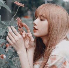 kẻ lãng mạn vô vọng. #fanfiction # Fanfiction # amreading # books # wattpad Kpop Girl Groups, Korean Girl Groups, Kpop Girls, Jennie Lisa, Blackpink Lisa, Kpop Aesthetic, Aesthetic Photo, Lisa Blackpink Wallpaper, Black Pink Kpop