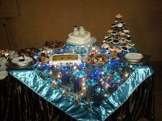 Mesa de postres hechos en casa para boda civil, Pastel principal, cupcakes, volteado de piña, pays de queso, galletas horneadas en forma de corazón. Arreglo mesa lo hice con luces de navidad en blanco, rente manteles.