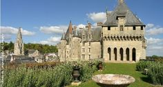 Château de Langeais..CASTELO DE LANGEAIS O castelo de Langeais se situa na região Centro Vale do Loire, nos confins de Anjou eda Touraine. O castelo de Langeais apresenta dois castelos excepcionais: a torre de Foulques Nerra eo castelo de Luís XI.