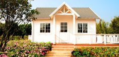 Many women over 60 are making transitions in our careers, family lives and homes. Part of this transition process might involve downsizing your home. In fact, there are several trends in the real estate market that are causing more women over 60 than ever to consider moving to a smaller home.  For example,