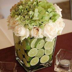 """@carol_smenezes's photo: """"Adoro arranjos de flores e frutas, além de super originais, ficam lindos! Esse com rodelas de limão, hortensias verdes e rosas brancas ficou um charme! A dica é colocar as flores em um copinho de plástico e preencher ao redor com as frutas!"""