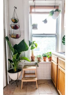 petite cuisine plantes accrochees - A mix of mid-century modern, bohemian, and i. - petite cuisine plantes accrochees – A mix of mid-century modern, bohemian, and industrial interio - Decor, House Design, Interior, Home Decor, House Interior, Apartment Decor, Industrial Interior Style, Interior Design, Living Decor