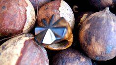 Anel feito artesanalmente em semente de piaçava e metal. Tamanhos  personalizados.