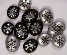 Holiday and Seasonal Stone Art. an Idea That Jingle Bell Rocks! Create cute and beautiful stone art to use for attractive holiday décor and unique personal gifts! Pebble Painting, Dot Painting, Pebble Art, Stone Painting, Rock Painting Patterns, Rock Painting Designs, Stone Crafts, Rock Crafts, Stone Drawing