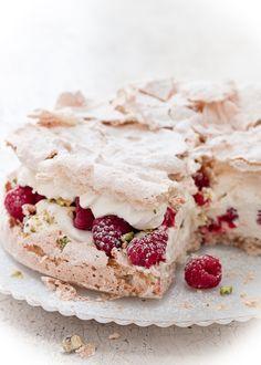 "Pavlova with raspberries, cream and pistachios. (""pavlova"": claras batidas com… Beaux Desserts, Just Desserts, Delicious Desserts, Dessert Recipes, Yummy Food, Dessert Healthy, Trifle Desserts, Think Food, Love Food"