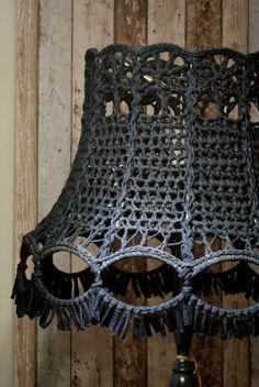 Geweldige lampenkap! Op bestelling gemaakt door Kunjijook. Lampe Crochet, Crochet Lampshade, Macrame Supplies, Macrame Projects, Macrame Art, Crochet Home, Crochet Accessories, Lampshades, Crochet Flowers