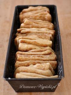 Bardzo oryginalnie wyglądające, a zarazem łatwe do przygotowania ciasto drożdżowe z cynamonem. Drożdżowe kromki ciasta posklejane są klejącą, słodką warstwą... I Love Food, Good Food, Yummy Food, Sweet Recipes, Cake Recipes, Bolivian Food, Food Cakes, Healthy Sweets, Let Them Eat Cake