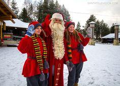 Der Weihnachtsmann und seine Wichtel begrüßen glücklich den ersten Schnee in Rovaniemi in Lappland