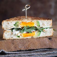 Frühstücks-Fusion: Avocado, Brot und Eiverschmelzenzu einem Sandwich und landen nicht auf dem Brot, sondern verbergen sich heimlich innen drin.