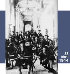 """Foto tomada en 1914, posiblemente el 22 de abril, desde los bajos del actual hotel Colonial. Destaca le letrero en alemán """"Der Luftballon"""" (El Globo), al fondo se lee """"Hotel Universal"""" y """"Diligencias"""""""