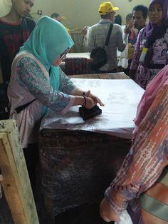 Proses Pengecapan di Pranggok Griya Batik Mas Painting, Art, Craft Art, Paintings, Kunst, Gcse Art, Draw, Drawings, Art Education Resources