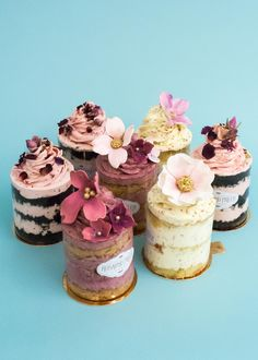 Small cakes for dessert table? Have to be moist. Pretty Cakes, Cute Cakes, Beautiful Cakes, Amazing Cakes, Mini Wedding Cakes, Mini Cakes, Cupcake Cakes, Cake Fondant, Petit Cake
