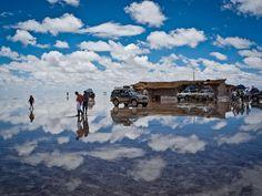 Salar de Uyuni El mayor espejo del mundo, Bolivia, Durante la temporada de lluvias, el mayor desierto de sal del mundo se convierte en el espejo más grande del mundo. El Salar nació cuando varios lagos prehistóricos se unieron en uno solo.