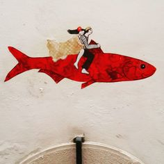 Fish Riding. If you didn't see it, look again. Lisbon streets are rich with details easy to miss but amazing to discover. ♡ #fish #fishriding #streetart #publicart #lisbon #littledetails #explore #explorelisbon #walkingtours #lisbontailoredtours #lisbonwithpats