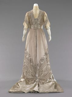 Gorgeous evening dress at it looked like in 1908. Timeless. I would wear this today