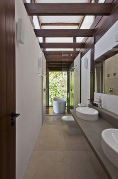 Projeto de AMZ Arquitetos. Uma casa integrada à paisagem da Mata Atlântica. Casa na Serra do Guararu, em São Paulo, banheiro integrado a natureza traz referencias de spa (Foto: Divulgação)