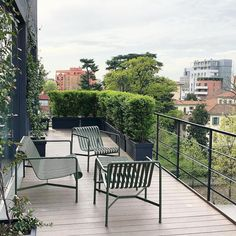 City apartment with a spacious balcony, balcony design, balcony planting … – balcony ideas - Balkon Ideen Porch And Terrace, Screened In Patio, Sloped Backyard, Fire Pit Backyard, Outdoor Seating, Outdoor Chairs, Outdoor Decor, Garden Furniture, Outdoor Furniture Sets