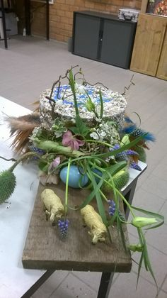 opdracht maak iets met piepschuim en eierschillen  en daarna bloemschikken!!