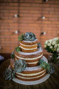 Naked cake de três andares com suculentas.   Vestida de Noiva | Blog de Casamento por Fernanda Floret