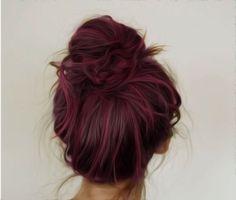 Prueba pintando tu cabello de un tono borgoña y añádele luces de color rosa pastel. El contraste será perfecto.