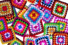 Squattered granny squares of crochet. Peacock Crochet, Love Crochet, Crochet For Kids, Crochet Yarn, Crochet Stitches, Crochet Hooks, Crocheted Afghans, Joining Granny Squares, Crochet Classes