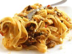 Paste cu sos de vinete - Turnam sosul peste paste Spaghetti, Ethnic Recipes, Food, Eten, Meals, Noodle, Diet