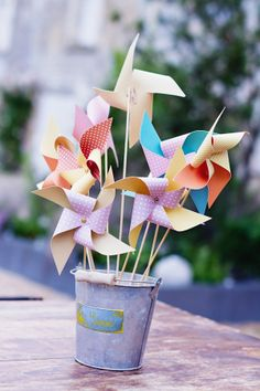 Pinwheels in a sand bucket Wedding Boxes, Wedding Table, Deco Table Champetre, Wedding Decorations On A Budget, Table Decorations, Japanese Party, Kid Table, Wedding With Kids, Diy Christmas Ornaments