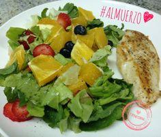 Pollo a la plancha, lechuga, arugula, fresas, naranja, blueberries. #eatclean Instagram: @fitnessinaps www.facebook.com/fitnessina