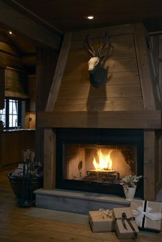 Cozy And Inviting Fireplace Ideas Home Decor A hot idea for a fireplace is to install a wood-burning fireplace. Some of the advantages of installing a wood-burning fireplace are the convenience o. Wooden Fireplace, Cabin Fireplace, Rustic Fireplaces, Farmhouse Fireplace, Fireplace Design, Fireplace Ideas, Chalet Design, Chalet Style, Ski Chalet