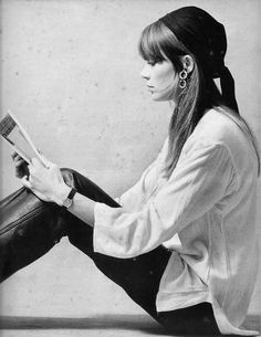 Françoise Hardy reading in style. After a year at the Sorbonne Hardy answered a newspaper advertisement looking for young singers. Hardy signed her first contract with the record label Vogue in. Françoise Hardy, Alexa Chung, Ali Mcgraw, People Reading, Hippie Man, Charlotte Rampling, Jane Birkin, Winter Mode, Looks Chic