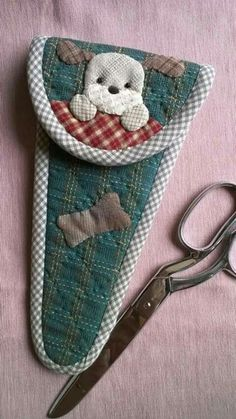 This bag is a scissors case . It is idea for scissors size 8 inches and widest 17 cm. It is applique' work with a dog. Sewing Caddy, Sewing Tools, Sewing Notions, Sewing Hacks, Sewing Kit, Fabric Crafts, Sewing Crafts, Japanese Patchwork, Small Sewing Projects