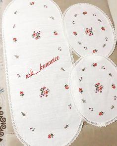 Melike Hanımın yatakodasi takımı siparişi de yollara çıktı. Gittiği yere mutluluk huzur götürsün 📩🌹🌹 Siparis ve bilgi için dm den ulaşabilirsiniz 📩 @ask_kanavice #aşk_kanaviçe Crewel Embroidery, Cross Stitch Embroidery, Crochet Tablecloth, Osho, Bargello, Diy And Crafts, Towels, Crossstitch, Embroidery Art