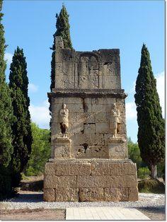 Torre de los Escipiones. (Tarragona) Presidido por dos esculturas de Atis (dios de la vida, muerte y resurrección).