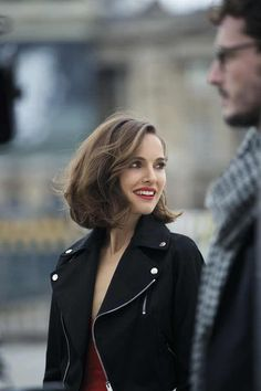 Natalie Portman Photo: Rouge Dior photo of Rouge Dior for fans of Natalie Portman 39873740 Medium Bob Hairstyles, Top Hairstyles, Bob Haircuts, Medium Hair Styles, Curly Hair Styles, Mode Glamour, Grunge Hair, Hair Lengths, Hair Inspiration