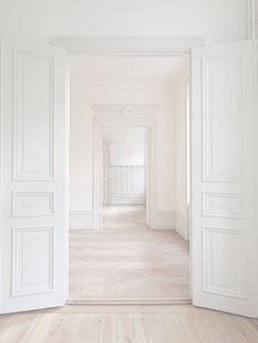 Puertas blancas.